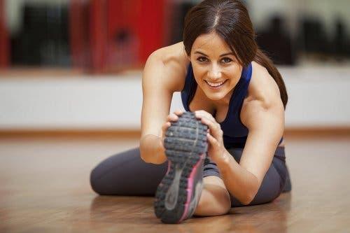 Vrouw doet een stretch-oefening