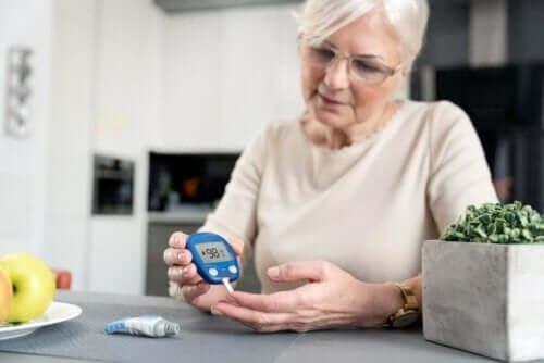 Vrouw controleert bloedsuikerspiegel