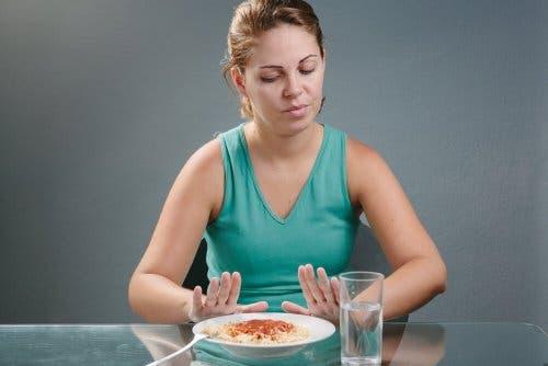 Vrouw zegt nee tegen pasta