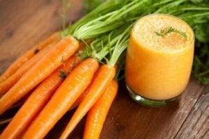 Het recept voor een zelfgemaakte wortelsmoothie