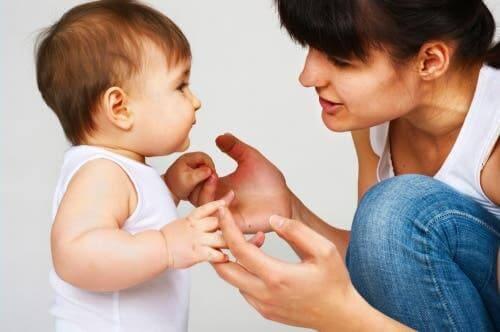 Een baby leert praten
