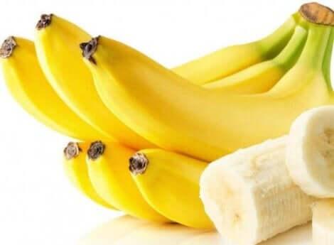 Een tros gepelde en ongepelde bananen
