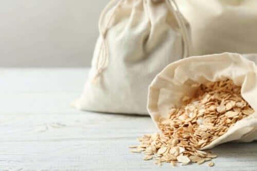 Havervlokken in een katoenen zak