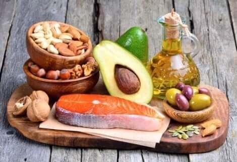 Gezonde voedingsmiddelen, noten, zalm, avocado en olijven