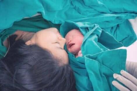 Een moeder en baby na een keizersnede