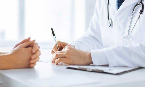 Een arts kijkt eerst naar de geschiedenis van de patiënt