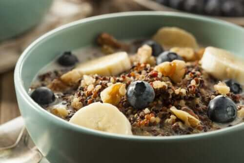 Een kom ontbijtgranen met fruit