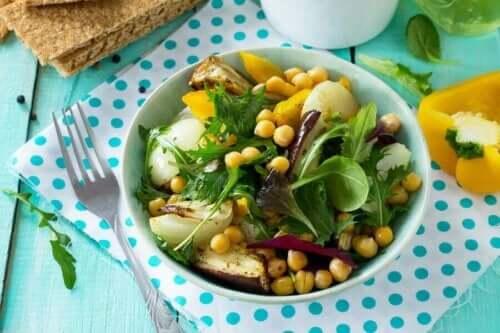 Heerlijke salade met kikkererwten en aubergine