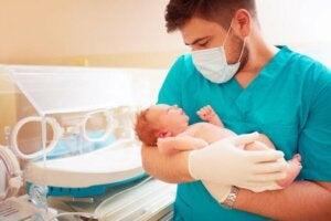 Hoe lang moet een premature baby in het ziekenhuis blijven?
