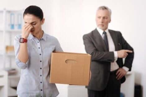 Een vrouw wordt ontslagen door een man