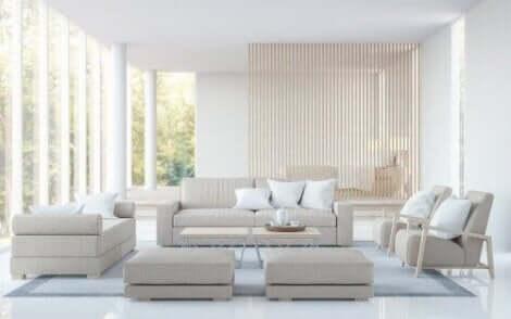 Een woonkamer met een witte bank en witte stoelen
