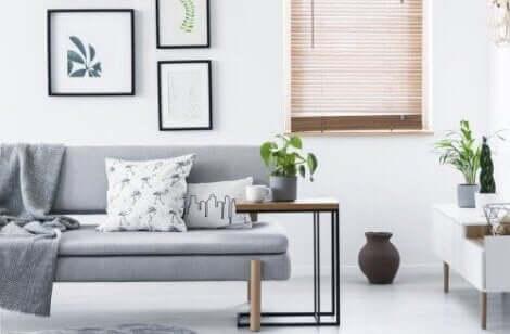 Een grijze bank in een witte woonkamer