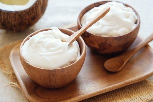 Yoghurt en amandelolie om je gezicht op te frissen