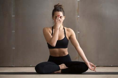Vrouw zit in een yoga-pose