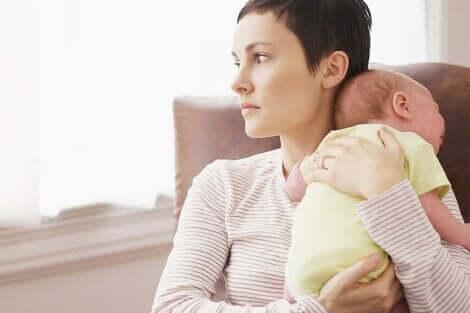 Een bezorgde moeder die haar pasgeboren baby vasthoudt