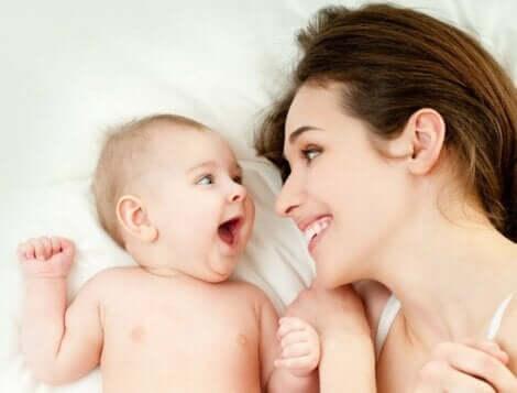 Een gelukkige moeder en haar baby