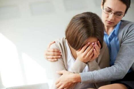 Een moeder die huilt door een postpartumdepressie