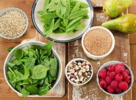Een verscheidenheid aan voedingsmiddelen die rijk zijn aan vezels