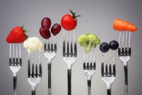 Gezonde groenten en fruit op de uiteinden van vorken