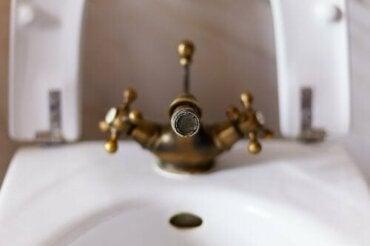 Hoe kalkaanslag uit de douche te verwijderen