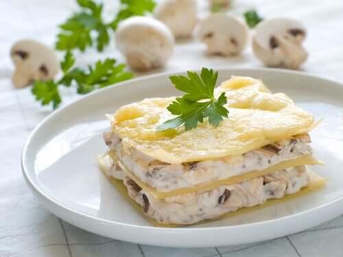 Bord met lasagne