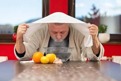 Man met handdoek boven het hoofd die aan het stomen is