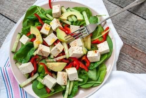 Bord met rauwe salade