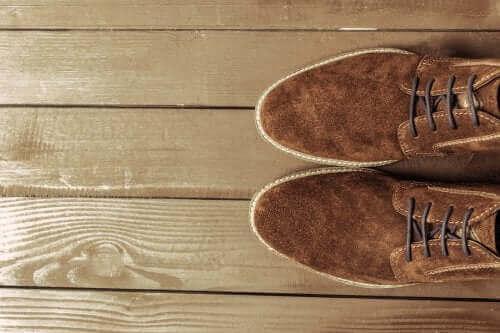Hoe suède schoenen te reinigen: handige tips