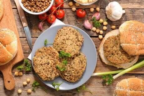 Vegetarische burgers op een bord met rondom ingrediënten