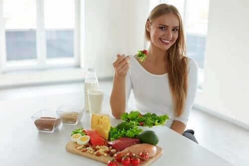 Vrouw heeft allerlei gezonde voedingsmiddelen