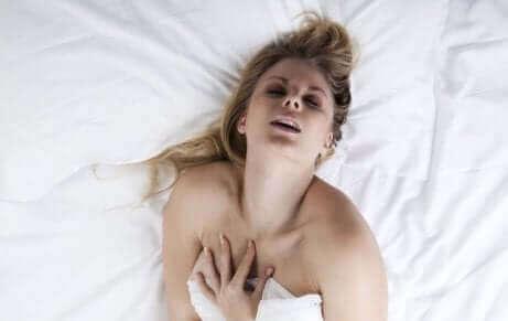 Een vrouw in bed
