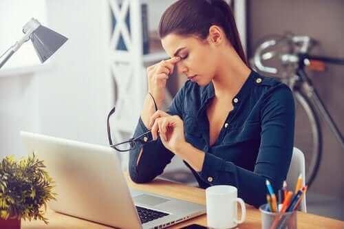 Vrouw met hoge werkdruk