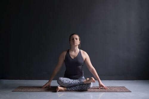 Vrouw doet aan yoga om beter te rusten