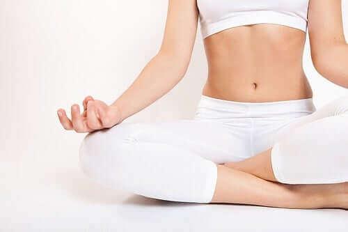 Vrouw zit in een yoga-houding
