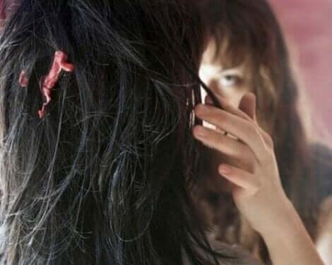 Een vrouw met kauwgom in haar haar