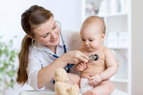 Een kinderarts met een baby