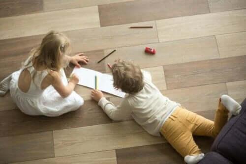 Als kinderen op de vloer spelen kan dit lawaaierig zijn