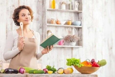 Een vrouw staat achter een aanrecht waarop veel groenten liggen