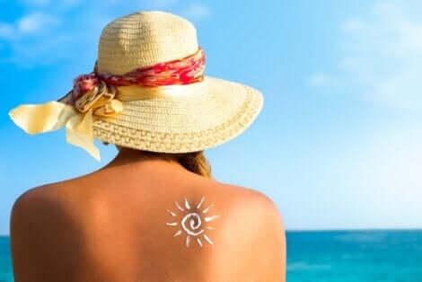 Een vrouw op het strand