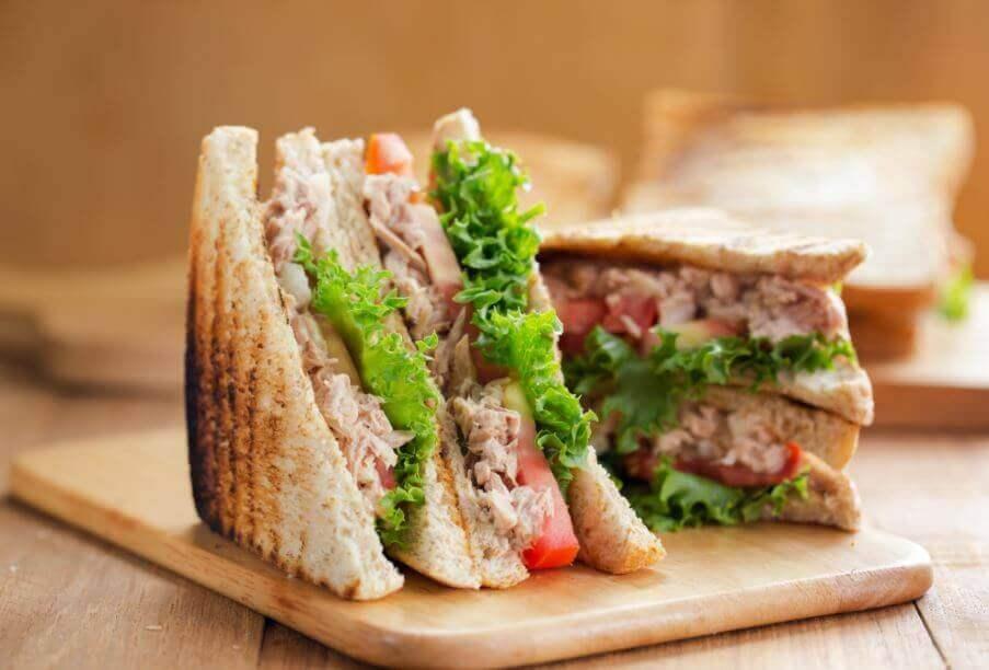 Snijplank met broodje tonijn