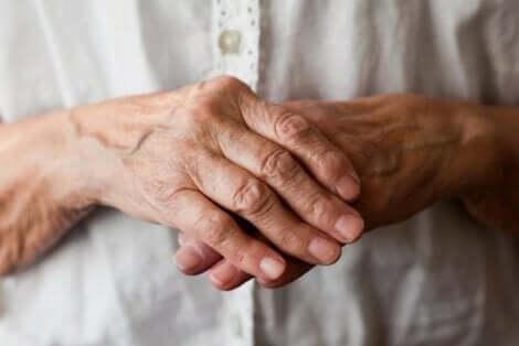 De handen van een oudere man