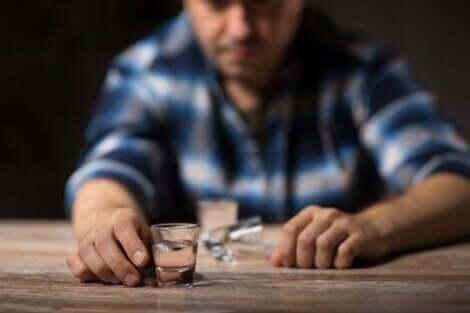 Een man met een schotje sterke drank