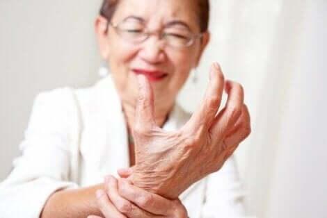 Een volwassen vrouw met gewrichtspijn in de pols