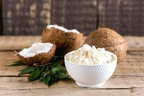 Geraspte kokos in een kom