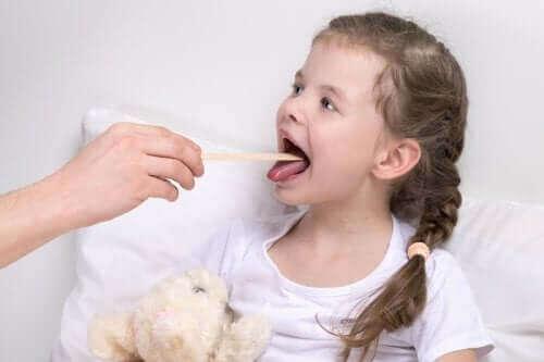 Laryngitis bij kinderen: symptomen en behandeling