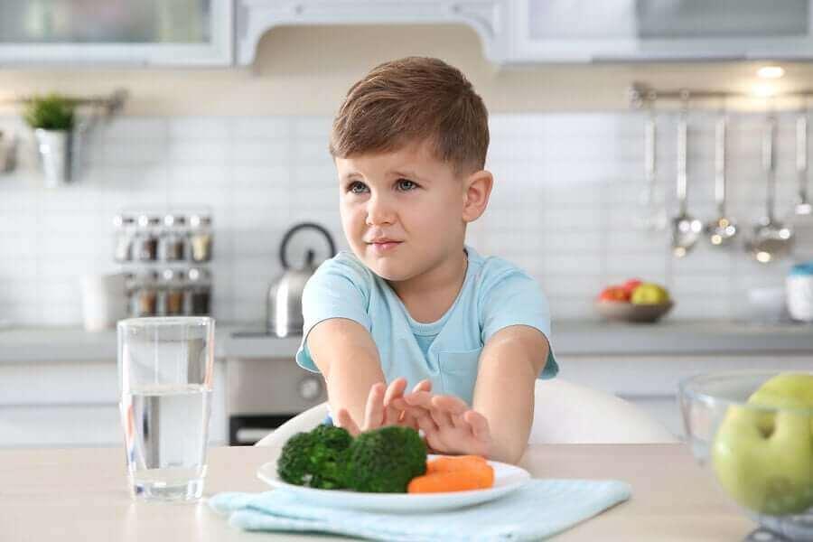 Kind duwt zijn bord weg