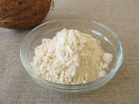 Kokosmeel in een kom