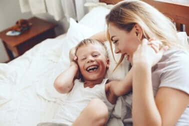 Lachende moeder en zoon