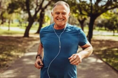 Oudere man aan het hardlopen
