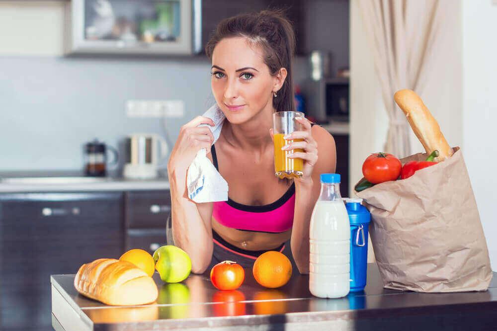 Sportvrouw eet gezonde voedingsmiddelen
